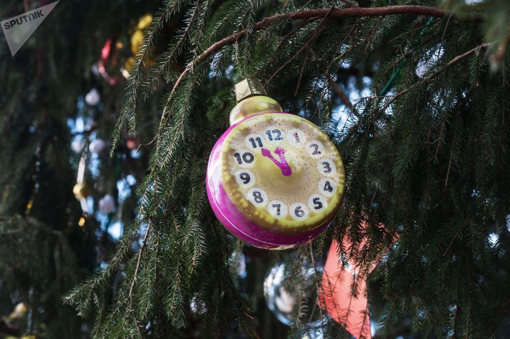 莫斯科克里姆林宫教堂广场上的新年枞树装饰