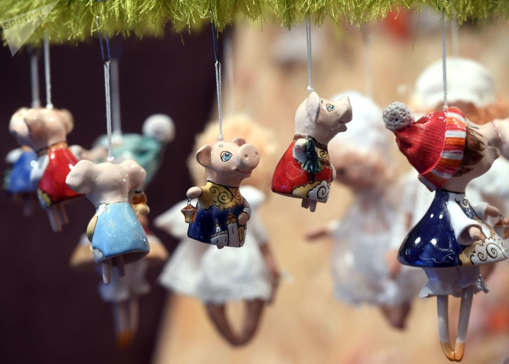 圣诞集市上的枞树装饰