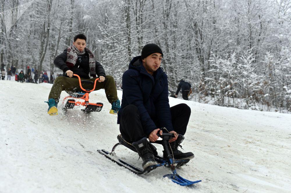 人们从克里米亚安加尔斯克山口的山坡上滑雪