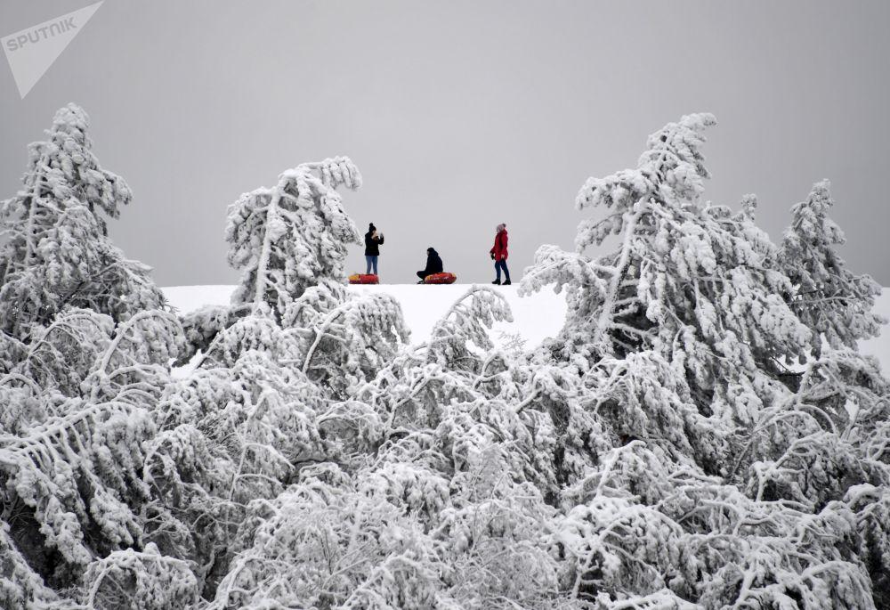 人们在克里米亚安加尔斯克山口的山坡上