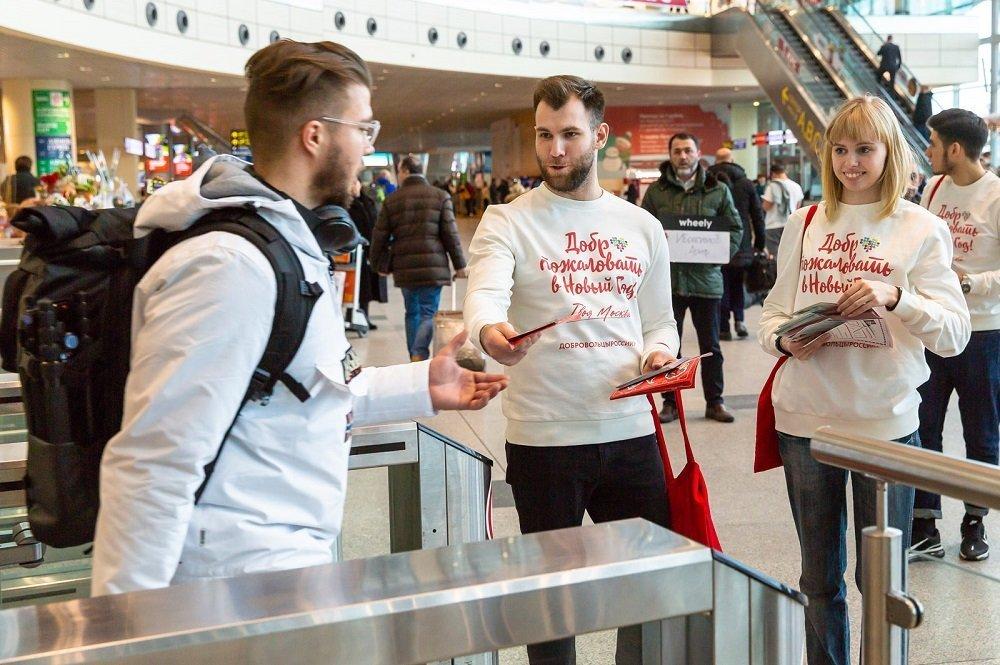 自願者在莫斯科伏努科沃機場迎接客人