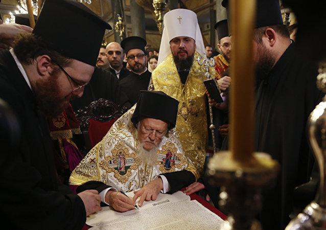 """君士坦丁堡普世牧首签署乌克兰""""新教会""""独立的命令"""
