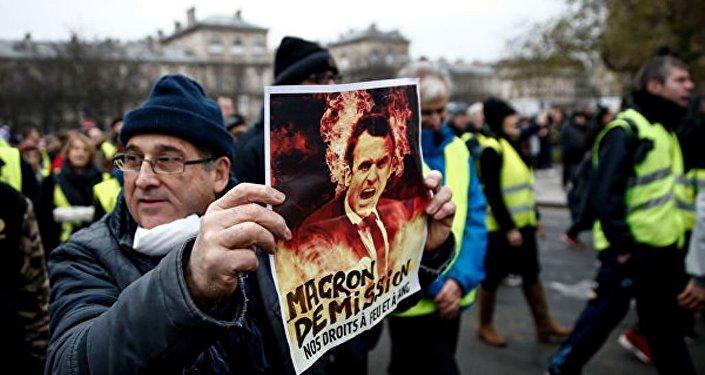 """媒体:巴黎警方拘捕100余名""""黄背心""""抗议活动参与者"""
