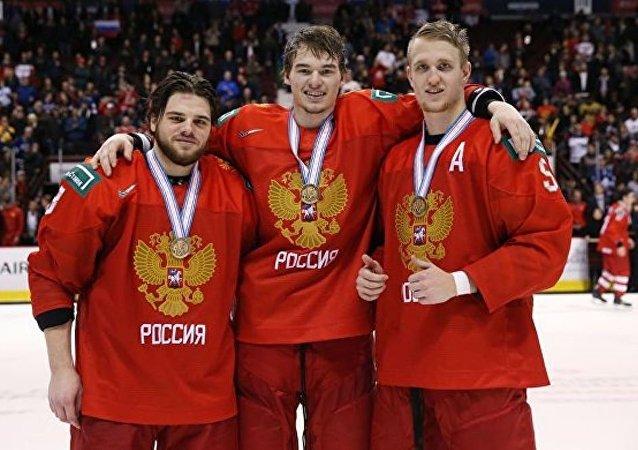 俄冰球青年队在世锦赛上击败瑞士获得铜牌