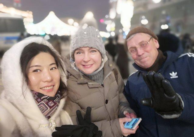 夏女士和她的俄羅斯朋友們一起在紅場上過年