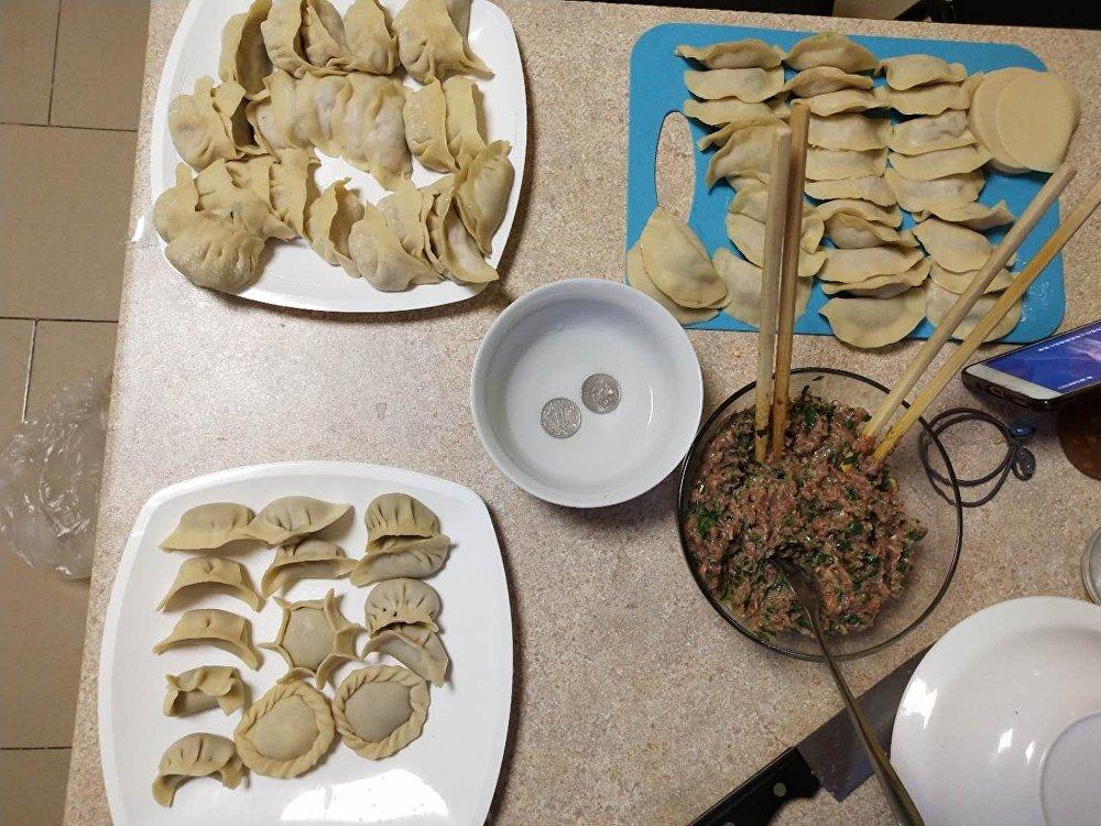 中国学生在宿舍包中国传统美食-饺子