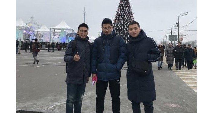 周同学和他远道而来的朋友们参观胜利广场