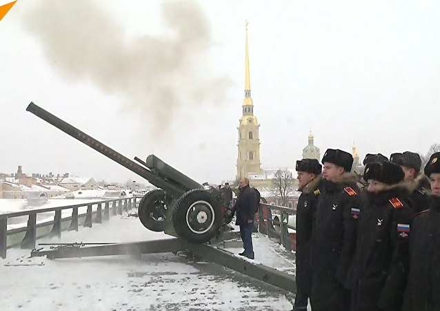普京在彼得堡羅要塞發射大炮