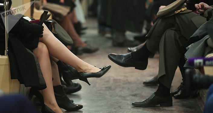 礼仪专家建议不要用运动鞋搭配正装