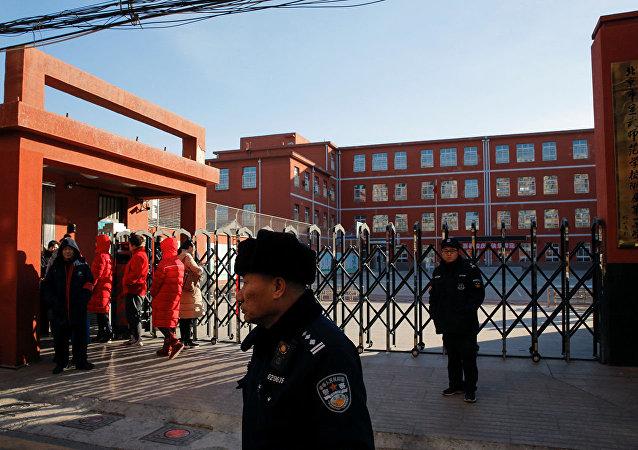 Полиция возле начальной школы, где произошло нападение, Пекин. 8 января 2019