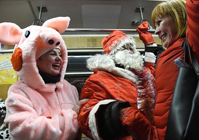 新年假期期間莫斯科地鐵的遺失物包括聖誕老人的手杖和其他200多件物品