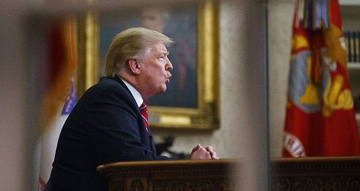 美国总统特朗普向民众发表电视讲话