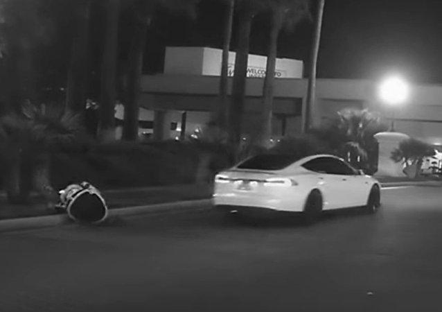 特斯拉自动驾驶撞倒俄罗斯机器人