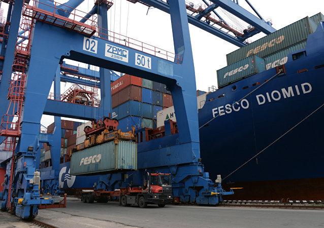 контейнеры в порту Владивостока