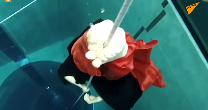 水中舞蹈:俄自由潜水运动员创世界纪录