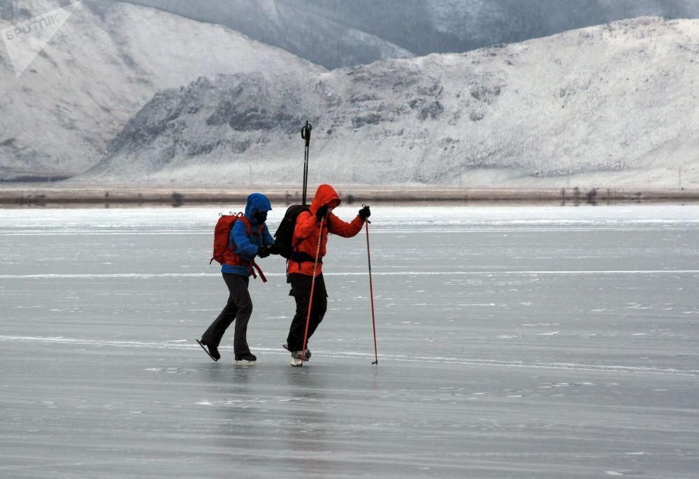 遊客在冰凍的貝加爾湖上滑冰。