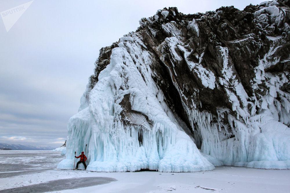 游客在冰冻的贝加尔湖上滑冰。
