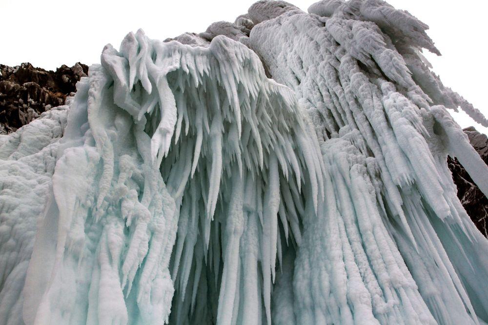 貝加爾凍湖沿岸懸崖上的冰柱。