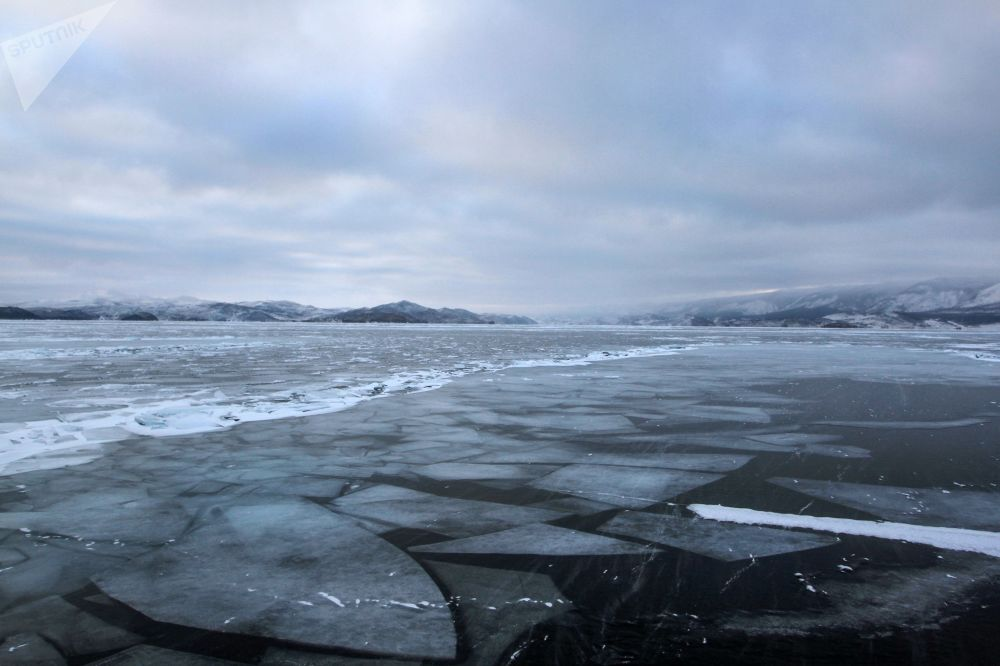 贝加尔冻湖上的冰。
