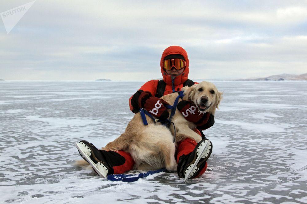 遊人在貝加爾凍湖的冰上遛狗。
