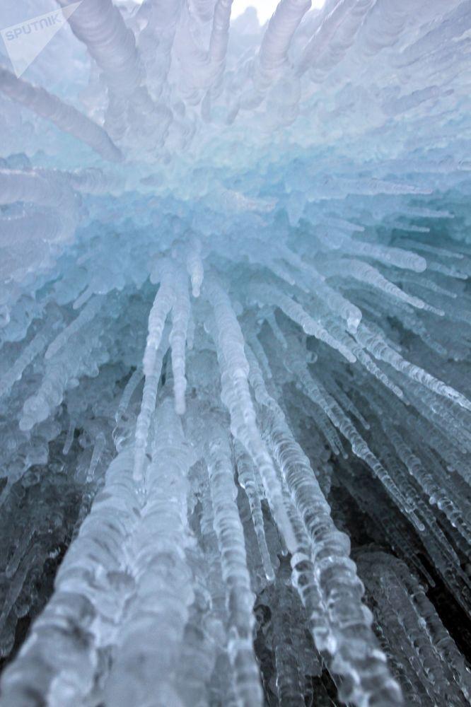 贝加尔冻湖沿岸悬崖上的冰柱。