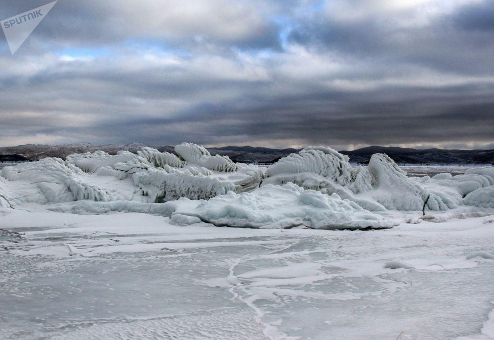 贝加尔冻湖沿岸悬崖上的冰凌。