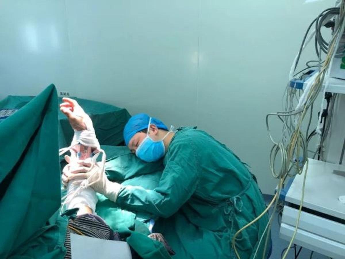 医生连做6台手术后保住伤者断臂 术后托举手臂睡着