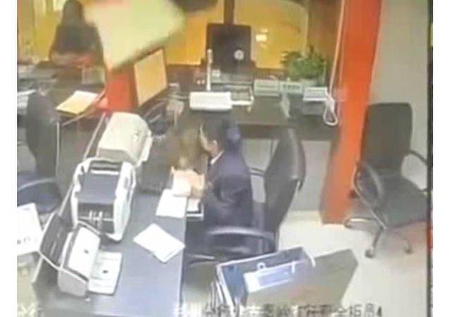 中国一家银行有只猫从天而降 在网上引起巨大反响