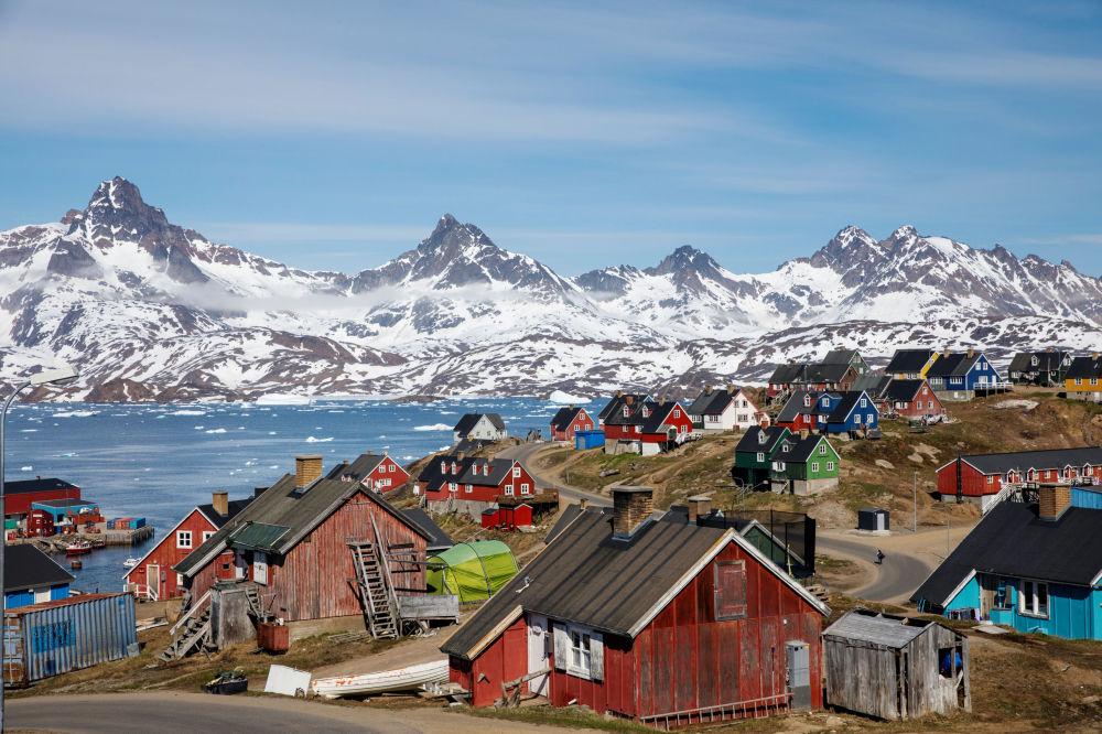 白雪皚皚的高山聳立在海港和塔西拉克鎮的上空,格陵蘭島
