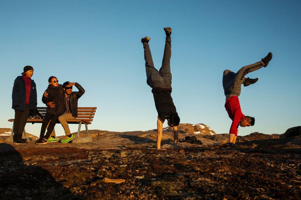 年輕人在塔西拉克鎮外的小山上玩耍,格陵蘭島