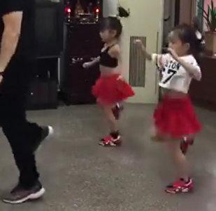好萌!父女三人一起跳舞