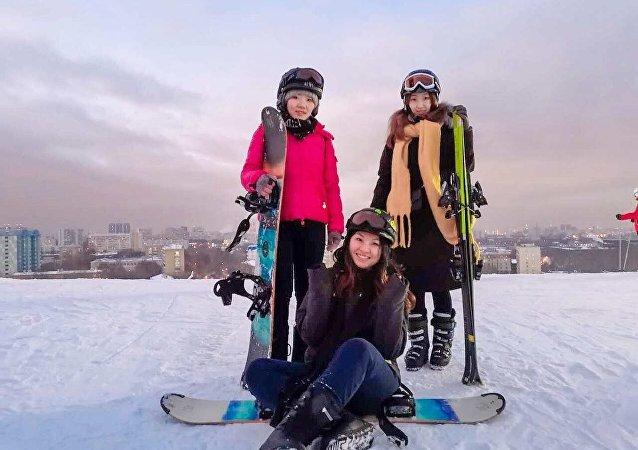 李小姐和她的朋友们在俄罗斯滑雪场