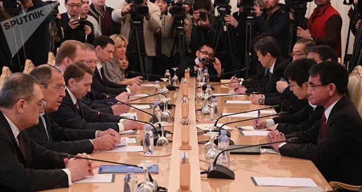 Министр иностранных дел РФ Сергей Лавров (справа) и министр иностранных дел Японии Таро Коно во время встречи в Москве.