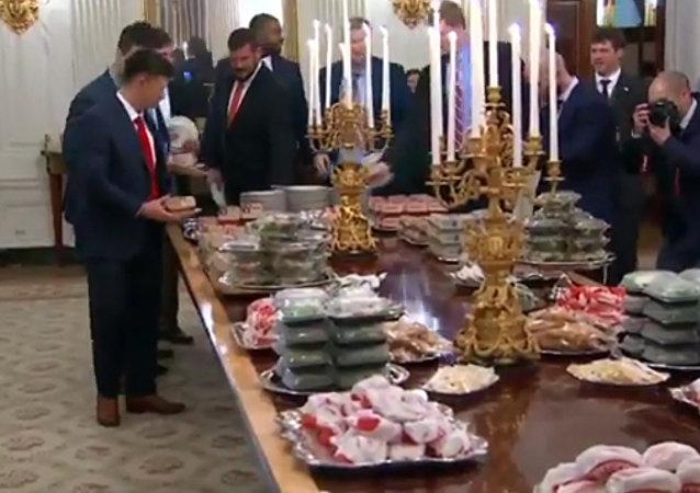 特朗普在白宫招待会上自掏腰包请运动员吃快餐