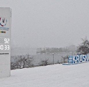 克拉斯諾亞爾斯克沿岸街上的大運會時鐘
