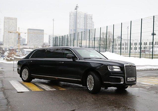俄总理新闻秘书:俄总理首次乘坐国产豪华轿车参加圣诞祈祷仪式