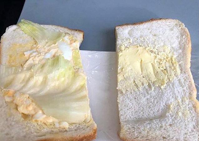 飞机餐三明治竟然只有黄油和一片菜叶