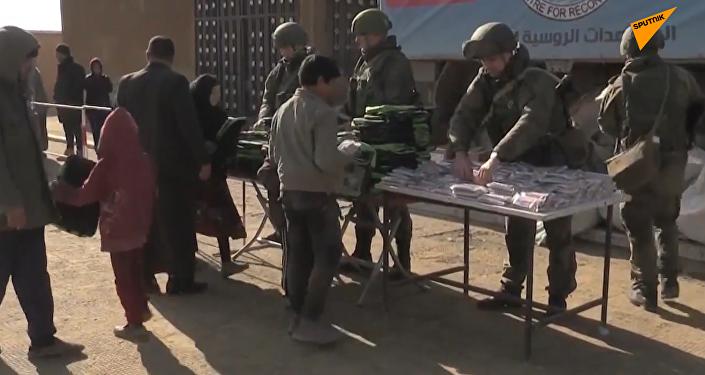 俄军将人道主义援助送抵叙北部地区