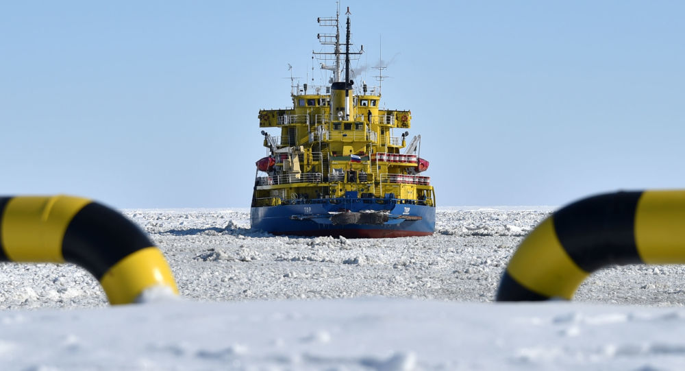 Ледокол Tor в порту береговой линии Карского моря на полуострове Ямал за Полярным кругом