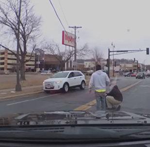 一名婴儿被车里掉出来