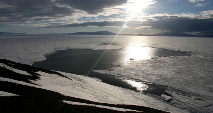 专家揭开南极洲冰洞之谜