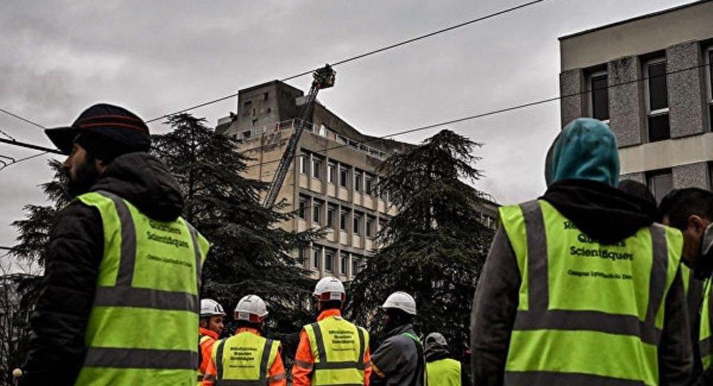 法國里昂一高校大樓起火 人撤離現場