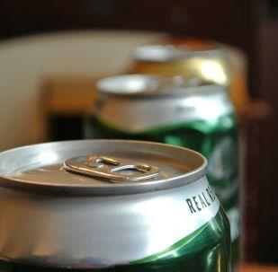 科学家讲解如何开启啤酒罐