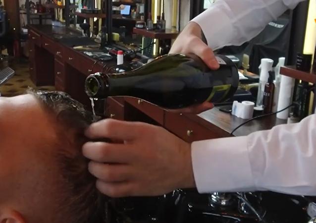 俄羅斯理髮師用香檳給顧客洗頭