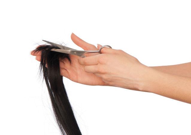 華媒:男子54年沒有理髮,頭髮長達5.5米