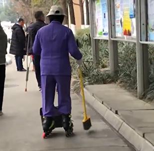 酷炫清洁工:成都一医院清洁工穿轮滑打扫卫生