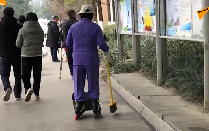 酷炫清潔工:成都一醫院清潔工穿輪滑打掃衛生