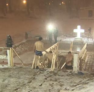 俄东正教徒沐浴冰水参加洗礼仪式