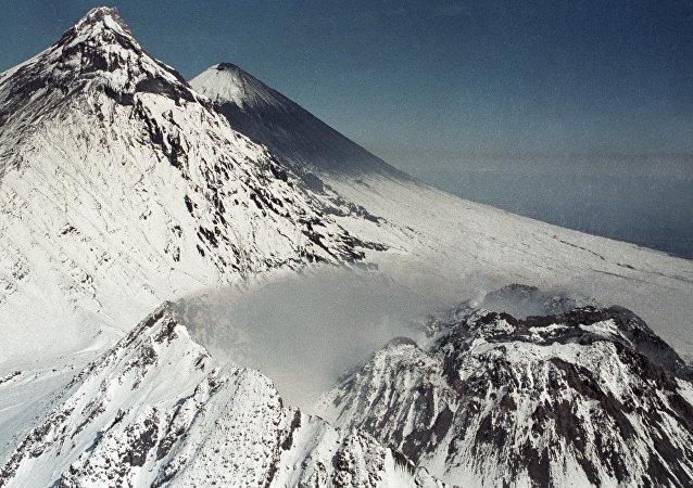 沉寂一年多的别济米扬内火山在勘察加开始喷发