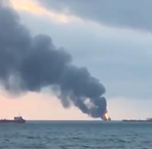 刻赤海峡两艘商船起火